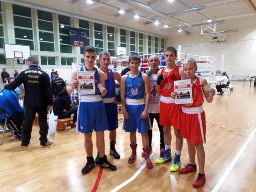 Jaunieji boksininkai džiaugiasi pasiekimais