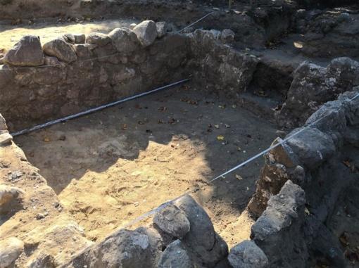 Butrimonių aikštėje rasti senų statinių pamatai ir akmenimis grįsti takai