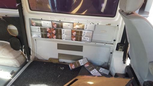 """Mažeikiškis ir jurbarkiškis cigaretes gabeno mikroautobusų """"VW Transporter"""" slėptuvėse"""