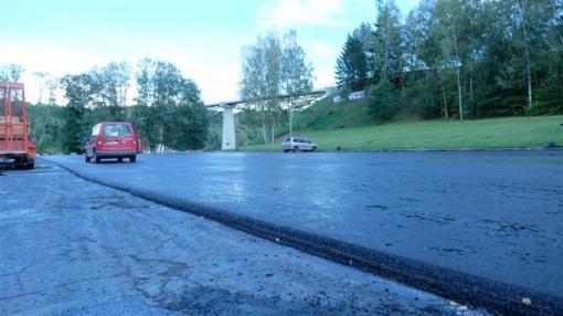 Asfaltuojama automobilių stovėjimo aikštelė Dainų slėnyje