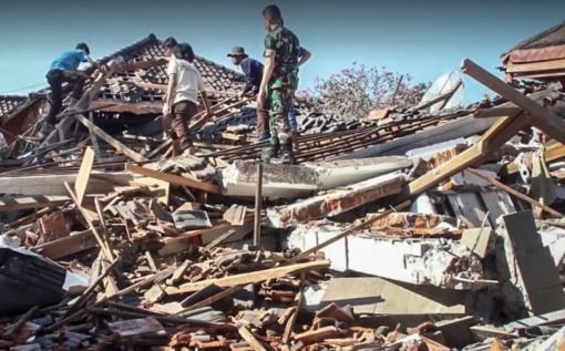 Žemės drebėjimų ir cunamio aukų Indonezijoje padaugėjo iki 1 407 (vaizdo medžiaga)