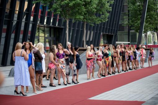 Tūkstančiai merginų panoro tapti pirmąja Lietuvoje plius dydžio žvaigžde: podiumu žengė dainininkės, sportininkės ir net mamos su kūdikiais!