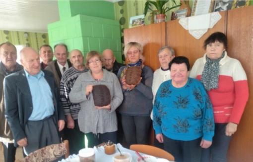 """Linkuvos socialinių paslaugų centro gyventojai aplankė muziejų """"Žiemgala"""" ir naminės duonos kepėją Janiną"""