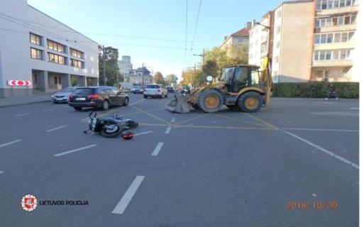 Kaune ekskavatorius parbloškė motociklininką