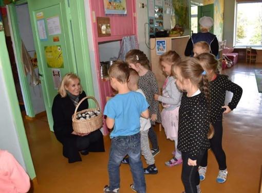 Merė saldumynais vaikus darželyje vaišinti gali, o tėvai ne?