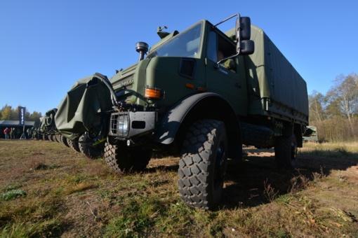 """Lietuvos kariuomenei perduota dar viena partija naujų sunkvežimių """"Unimog"""""""