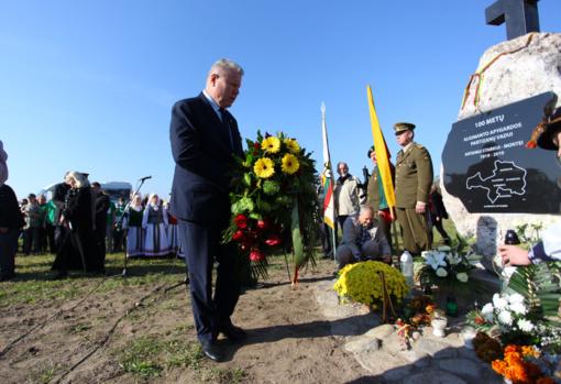 Atidengtas paminklas partizanų vadui Antanui Starkui-Montei