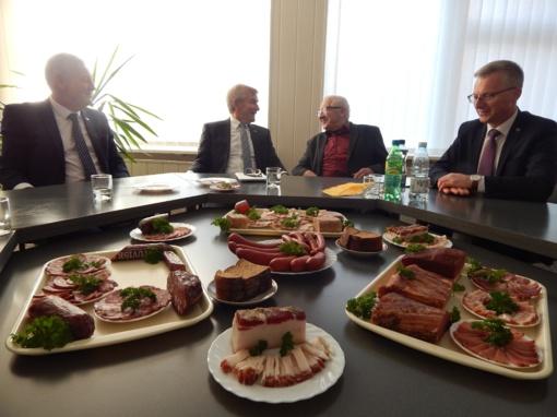 Kiaulių komplekso vadovas prašė Seimo Pirmininko išsaugoti Dainių mišką