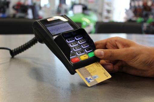 Lietuvoje banko kortelėmis atsiskaitoma rečiau už ES vidurkį