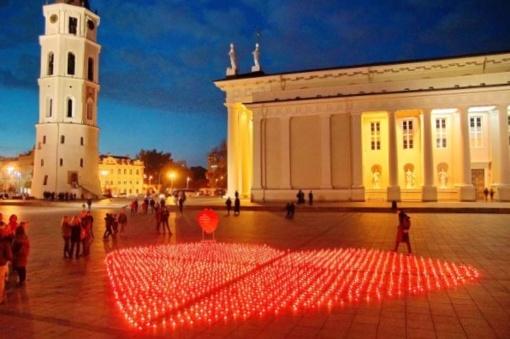 Lietuvos miestuose sužibo 1607 žvakutės organų donorams pagerbti