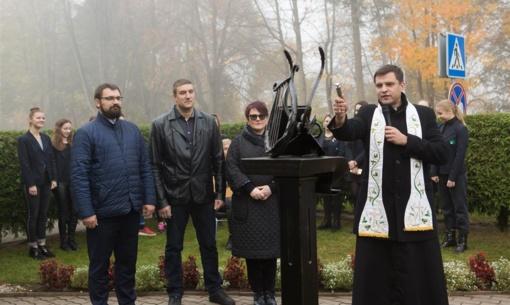 Tautos dainiui Maironiui atminti atidengta skulptūra-ekslibris