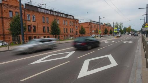 """Kaunas nežada atsisveikinti su prieš perėjas nupieštais neteisėtais laikomais """"rombais"""""""