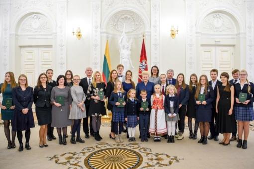 """Konstitucijos egzamino nugalėtojų gretose – Panevėžio """"Šaltinio"""" progimnazijos moksleiviai"""