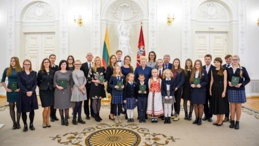 Tarp apdovanotų Konstitucijos egzamino nugalėtojų – ir tauragiškė Eglė Grikšaitė