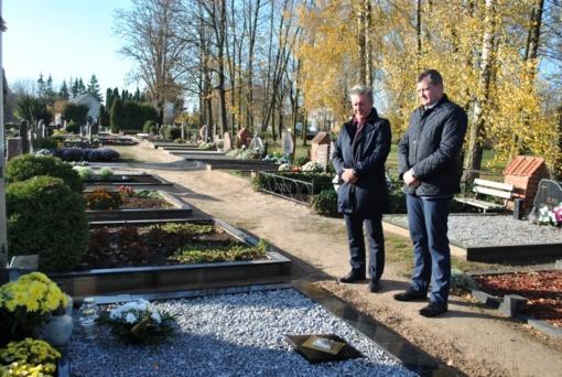 Artėjant Vėlinėms savivaldybės vadovai aplankė Lietuvos Nepriklausomybės Akto signataro kapą