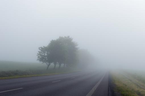 Kai kur eismo sąlygas sunkina rūkas