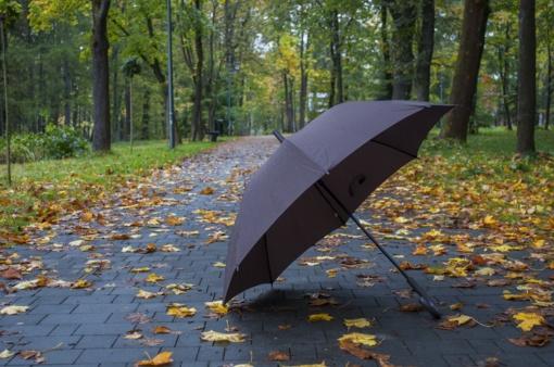 Orai: trumpam prireiks skėčių, tačiau šiluma pabėgti neskubės