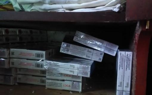 Cigaretes slėpė po spinta, naminę degtinę po grindimis įrengtoje slėptuvėje
