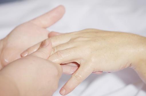 Rankų odos priežiūra rudenį ir žiemą: vaistininkė pasakė, kokios klaidos nedaryti