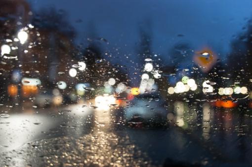 Keletas gudrybių, kad vairuoti per lietų būtų paprasta