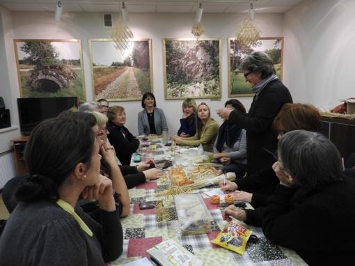 Muziejuje mokytasi kurti šiaudinius sodus