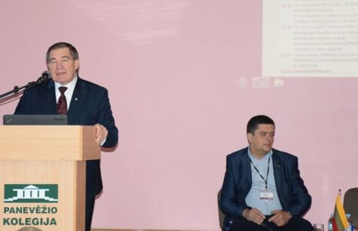 Pasveikinti istorinės konferencijos dalyviai