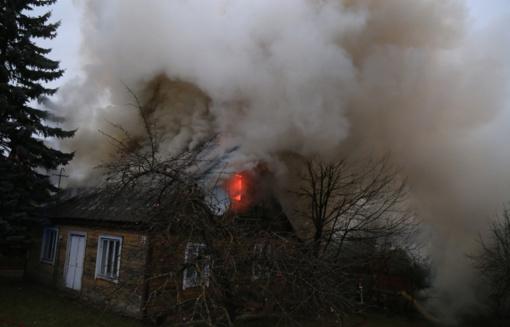 Miestą dūmuose paskandinęs gaisras šeimą paliko be namų