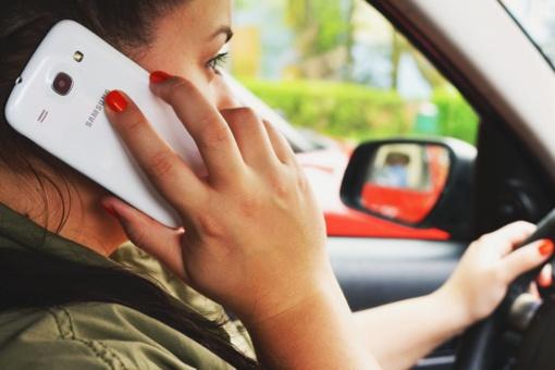 Tyrimas: net 98 proc. mamų, automobiliu veždamos savo vaikus, užsiima papildoma veikla