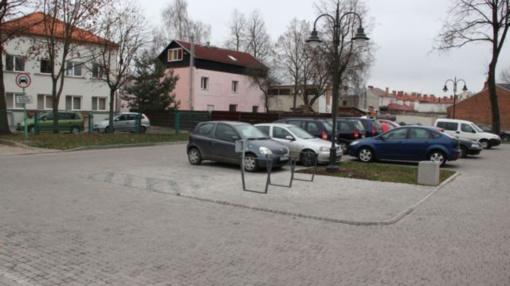 Tušti senamiesčio plotai virto patraukliomis automobilių stovėjimo aikštelėmis