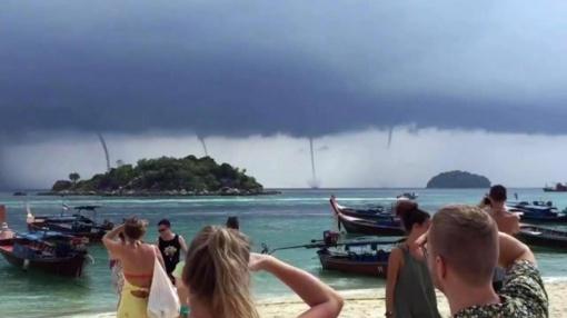 Staiga aptemus dangui pasirodė unikalus reginys: turistai buvo apstulbę (vaizdo įrašas)