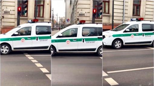 Pasipiktino pareigūno elgesiu: už vairo kalba telefonu, o baudžia tik vairuotojus (vaizdo įrašas)