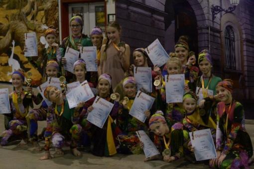 """Savivaldybės vadovų sveikinimai – šokių studijos """"Aušrinė"""" šokėjoms"""