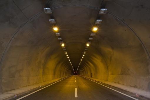 Kodėl kai kuriuose tuneliuose automobilio radijas nutyla, o kituose net telefonu galima kalbėtis? Priežastys ne tik gamtoje