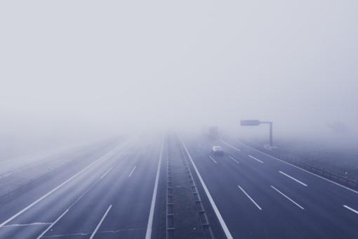 Dieną daug kur eismo sąlygas sunkins lijundra, plikledis, vietomis - rūkas