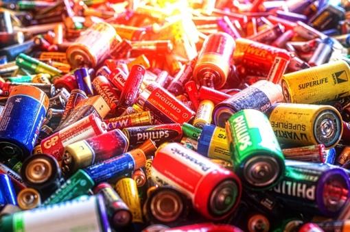 Nešiojamosios baterijos ir akumuliatoriai irgi kelia pavojų