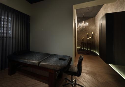 Kodėl masažuotojai renkasi nešiojamus masažo stalus?