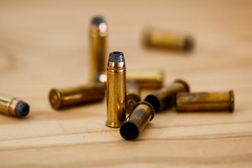 Nuo kelio nuvažiavusiame automobilyje rastas ginklas ir šoviniai