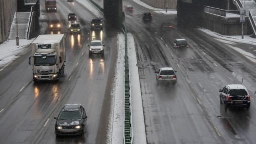 Vakarų Lietuvos keliuose slidu, tarnybos įspėja vairuotojus būti atsargiais