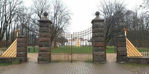 L. Šepkos kūrybos motyvai atsispindės ir Rokiškio dvaro vartuose