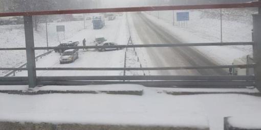 Kaune dėl avarijos formuojasi spūstys, vairuotojai įspėjami dėl prastų eismo sąlygų