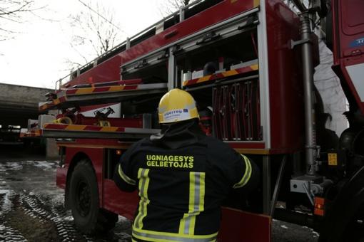 Ugniagesiams teko talkinti policijos pareigūnams