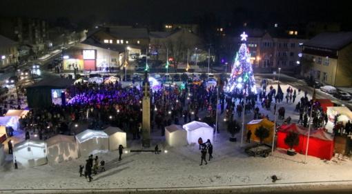 Miesto aikštėje sužibo Kalėdų eglutė