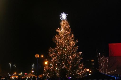 Utenoje linksmai ir džiaugsmingai įžiebta Kalėdų eglė (nuotraukų galerija)