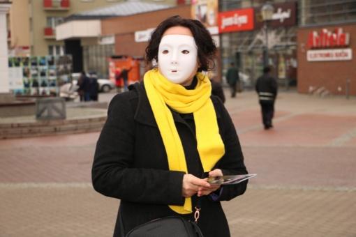 Smurtą patiriančios moterys raginamos nusimesti kaukę, netylėti