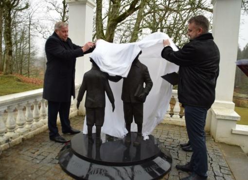 Renavo dvare atidengta skulptūra broliams Narutavičiams