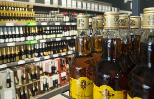 Seimas atmetė siūlymą alkoholį parduoti kasdien iki 20 valandos