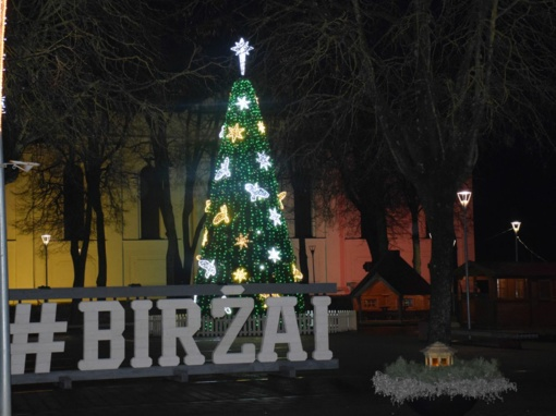 Biržuose suspindo Kalėdų eglutė, miestas pasipuošė šventėms
