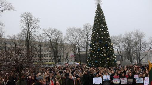 Šiaulių mokiniai palaiko streikuojančius pedagogus – miesto centre surengtas mitingas (vaizdo įrašas)