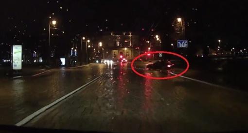 BMW erelio pasiskraidymas: nešėsi per visą gatvę, tarp dviejų medžių ir vos ne į Nerį (vaizdo įrašas)