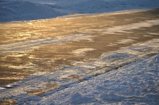 Kelininkai perspėja saugotis keliuose slidžių ruožų